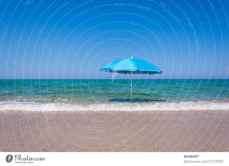 Sonnenschirm am Strand Landschaft Sand Wasser Küste Menschenleer Schwimmen & Baden träumen fantastisch Wärme blau Vorfreude Sardinien Außenaufnahme