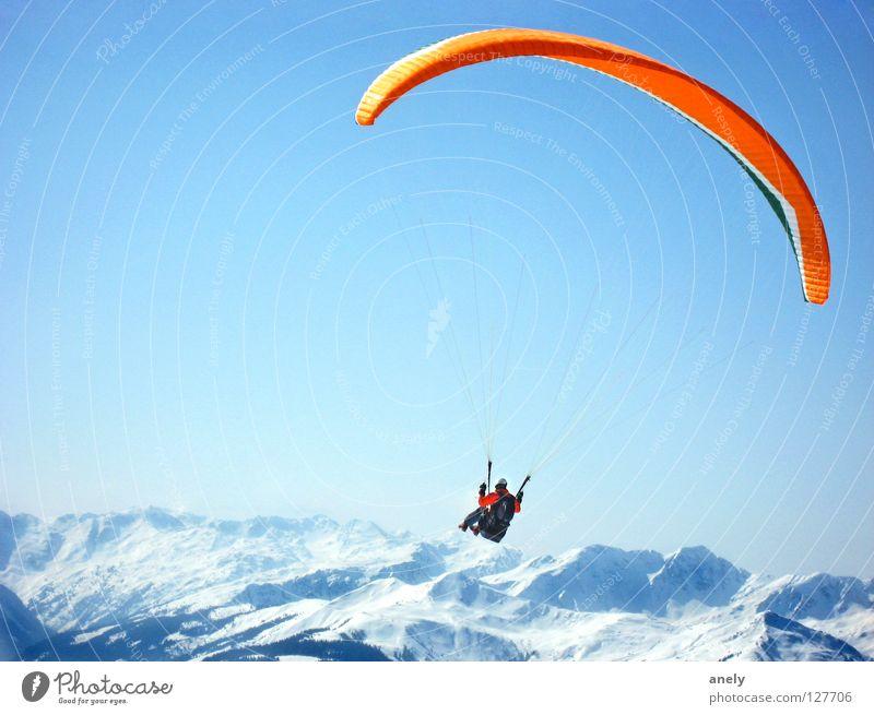 Höhenflug Freude Winter Schnee Berge u. Gebirge Freiheit Luft groß Aussicht Alpen fantastisch Gipfel Österreich Gleitschirmfliegen Blauer Himmel Fallschirm Gleitschirm
