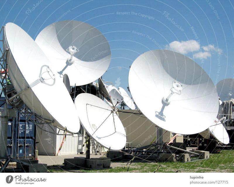 Sat-Schüsseln Wolken Medien modern Sommer Satschüsseln Blauer Himmel Technik & Technologie Begrüßung Fussball-WM 2006 Schönes Wetter Übertragungstechnik