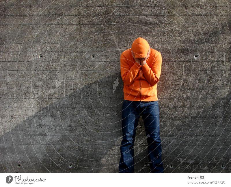Ich hab nen Schatten Mann blau Hand rot ruhig Stein Mauer Beine Linie orange Kraft Arme warten stehen trist Körperhaltung