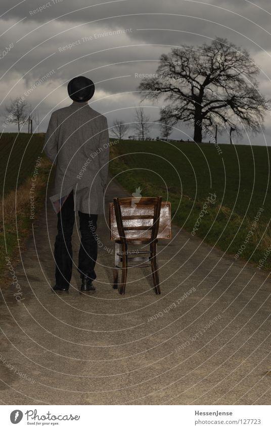 Person 30 Hoffnung Zeit Koffer Götter Mantel frieren Einsamkeit Generation Wand Aussicht Trauer Mann rund Baum Wolken Feld Verzweiflung warten Stuhl Hut Melone