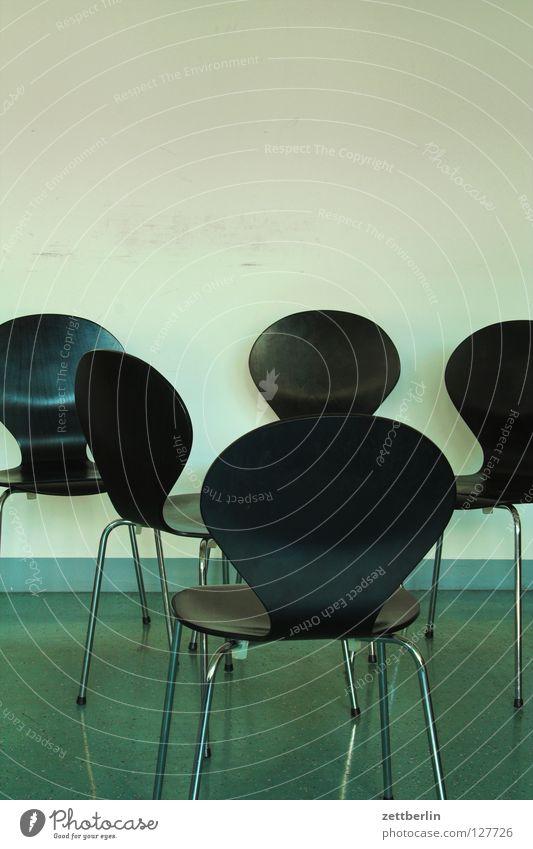 Besprechung Möbel Stuhl stapelstuhl Besprechungsraum Sitzgelegenheit Raum Wand Menschenleer schwarz Stuhlgruppe unordentlich Stuhllehne Warteraum