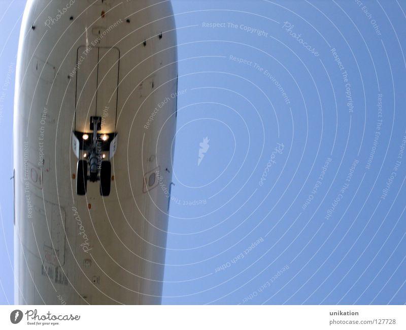 Anflug Himmel weiß blau Ferien & Urlaub & Reisen Flugzeug fliegen Verkehr Tourismus bedrohlich Dinge außergewöhnlich Flugzeugstart Flughafen Rad silber
