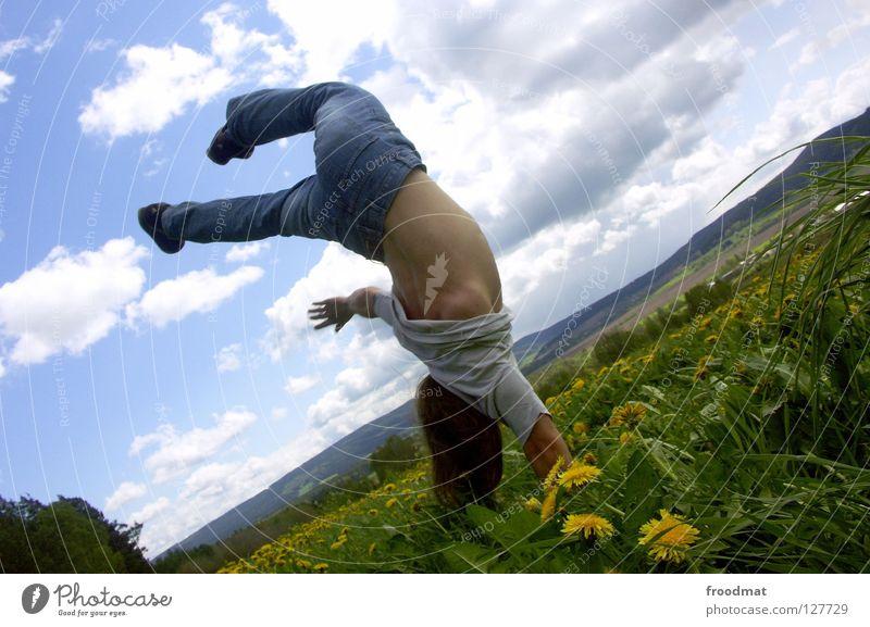 Einhandstand Himmel Natur Jugendliche blau grün schön Sonne Sommer Blume Freude Wolken Erholung Wiese Berge u. Gebirge Leben Wärme