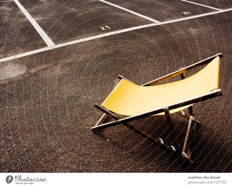 BESTELLT UND NICHT ABGEHOLT Platz Strukturen & Formen Parkplatz Rechteck Streifen Asphalt Teer hart Pore schwarz Parkhaus Liegestuhl bequem Sommer Holz gelb