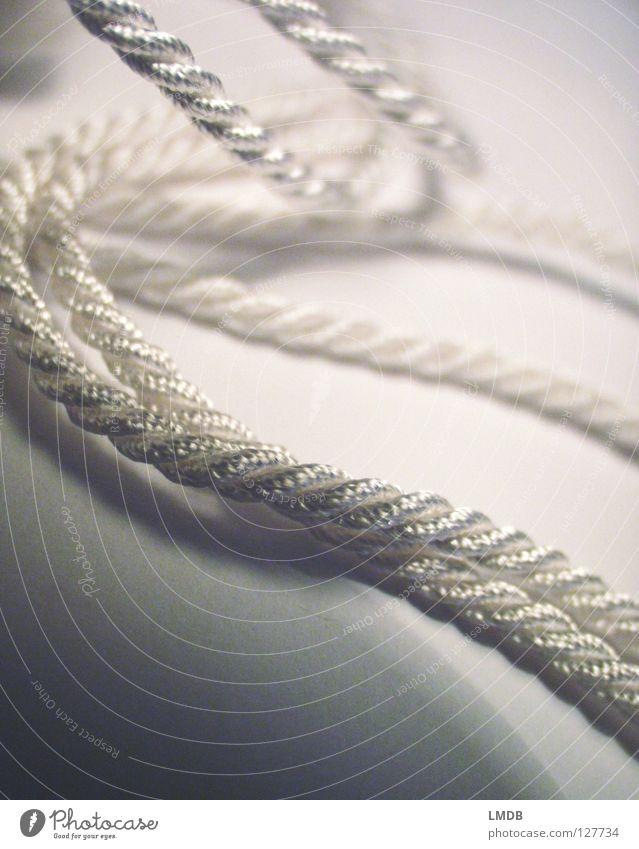 fesselnd Schnur wickeln gedreht binden weiß Perlmutt schillernd grau schwarz wellig festbinden Zusammenhalt Makroaufnahme Nahaufnahme Seil Nähgarn Handschellen