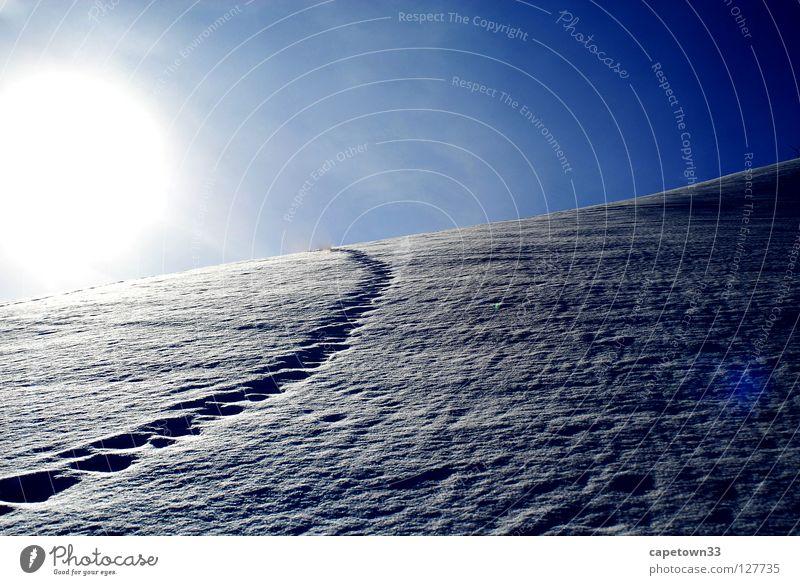 Spuren im Schnee Himmel weiß Sonne blau Winter Berge u. Gebirge Landschaft