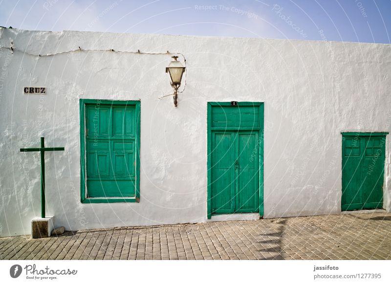 das Kreuz mit dem Haus Einfamilienhaus Bauwerk Gebäude Architektur Mauer Wand Fassade Fenster Tür alt Freundlichkeit grün Flachbau Kanaren Lanzarote Laterne