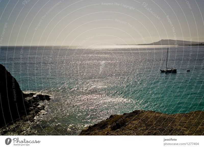 Meerblick Insel Landschaft Wasser Wolkenloser Himmel Sonnenlicht Sommer Schönes Wetter Felsen Küste Bucht Segelboot Segelschiff Wasserfahrzeug Fernweh Atlantik