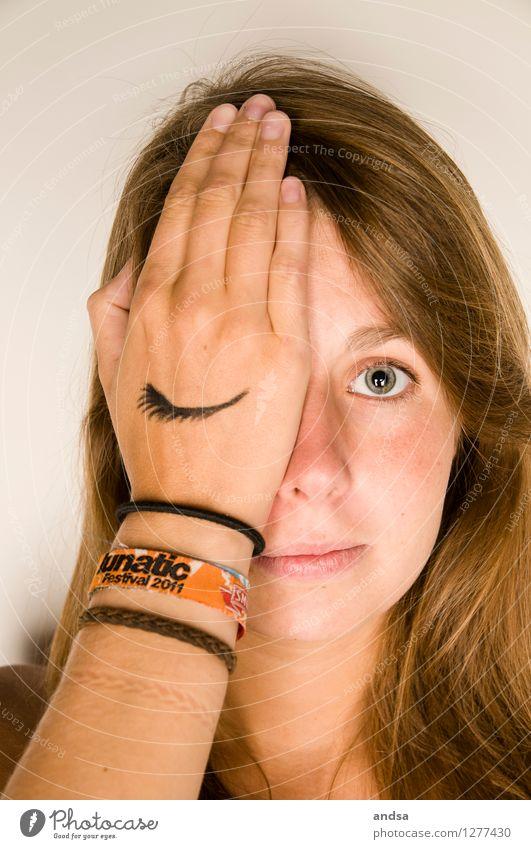 Mit dem Halben sieht man besser Gesicht Mensch feminin Junge Frau Jugendliche Erwachsene Hand 1 18-30 Jahre brünett langhaarig Wachsamkeit geduldig ruhig