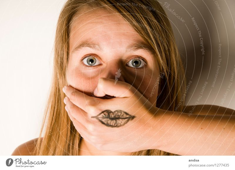 Besser nicht reden. Mensch Frau Jugendliche Junge Frau 18-30 Jahre Gesicht Erwachsene feminin Stil Haare & Frisuren Angst 13-18 Jahre Kraft Haut Macht