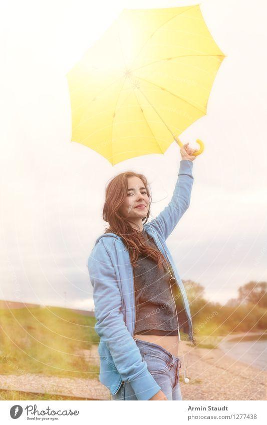 Sonnenschirm Lifestyle Stil schön Leben Zufriedenheit Mensch feminin Junge Frau Jugendliche Erwachsene 1 13-18 Jahre Natur Wetter einzigartig gelb Gefühle