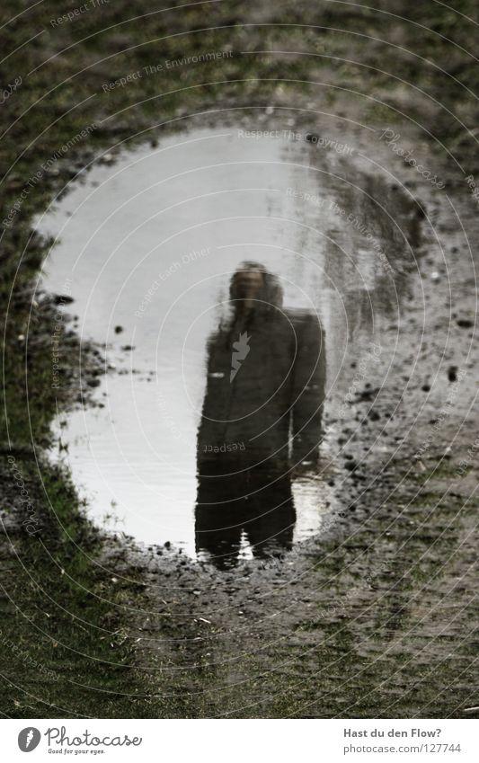 Identität Mensch Himmel Winter Einsamkeit gelb Fenster Wand Gefühle Gras Wege & Pfade Haare & Frisuren klein Traurigkeit braun Feste & Feiern Regen