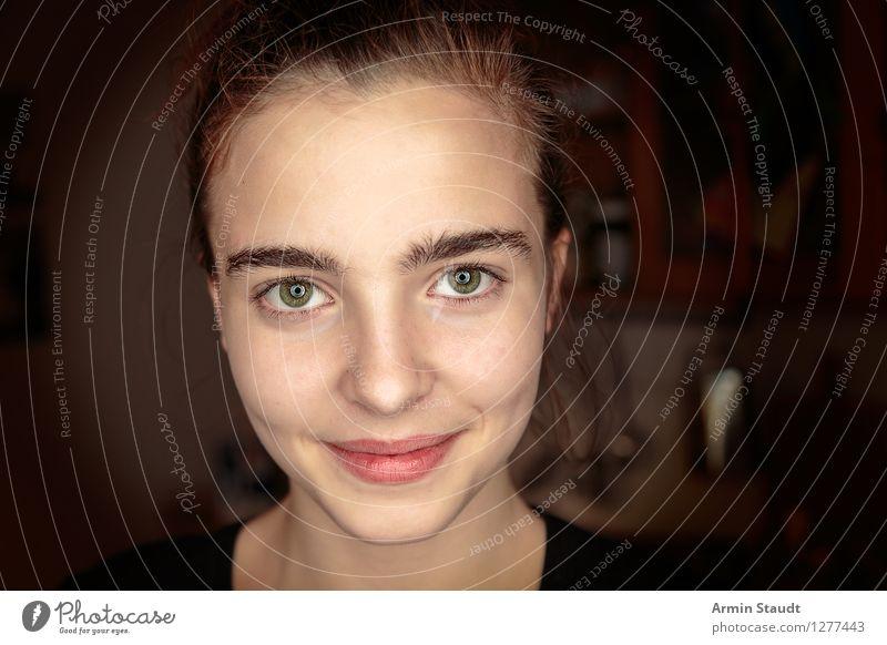 Lächeln im Dunkeln Mensch Frau Jugendliche schön Junge Frau Freude Gesicht Erwachsene Leben Gefühle feminin Stil Lifestyle Glück Zufriedenheit frisch