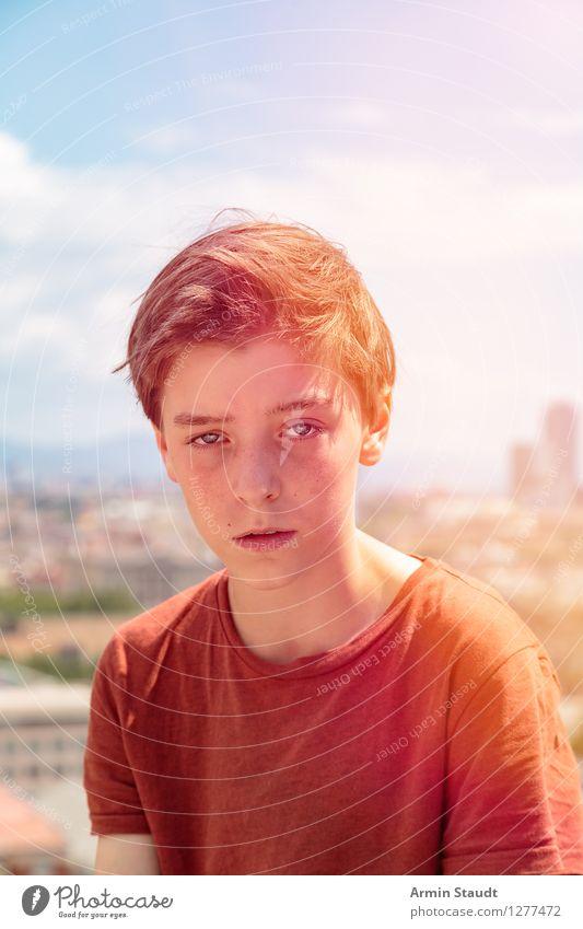 Porträt Mensch Himmel Ferien & Urlaub & Reisen Jugendliche Sommer Stadt schön Ferne Umwelt Lifestyle Gefühle Stil Junge Tourismus orange maskulin