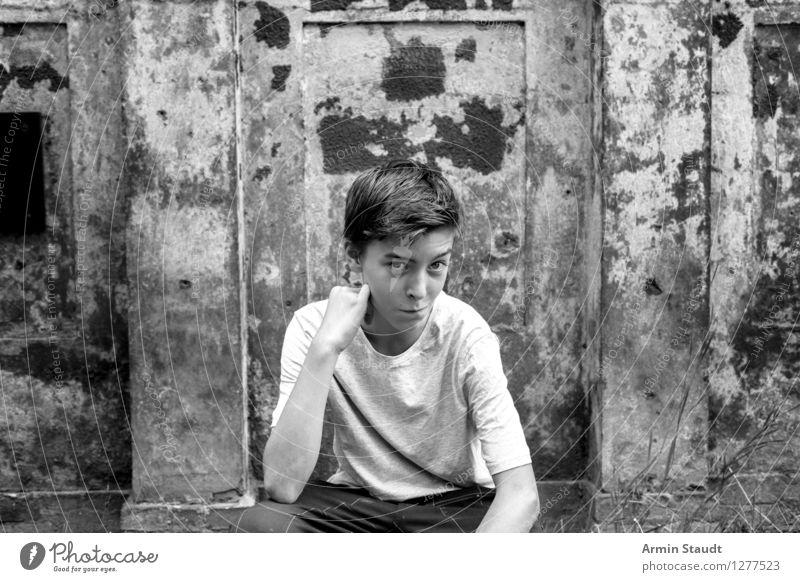 Porträt Mensch Jugendliche alt Sommer schön Hand Freude Wand Gefühle Lifestyle Stil Mauer Stimmung maskulin Zufriedenheit 13-18 Jahre
