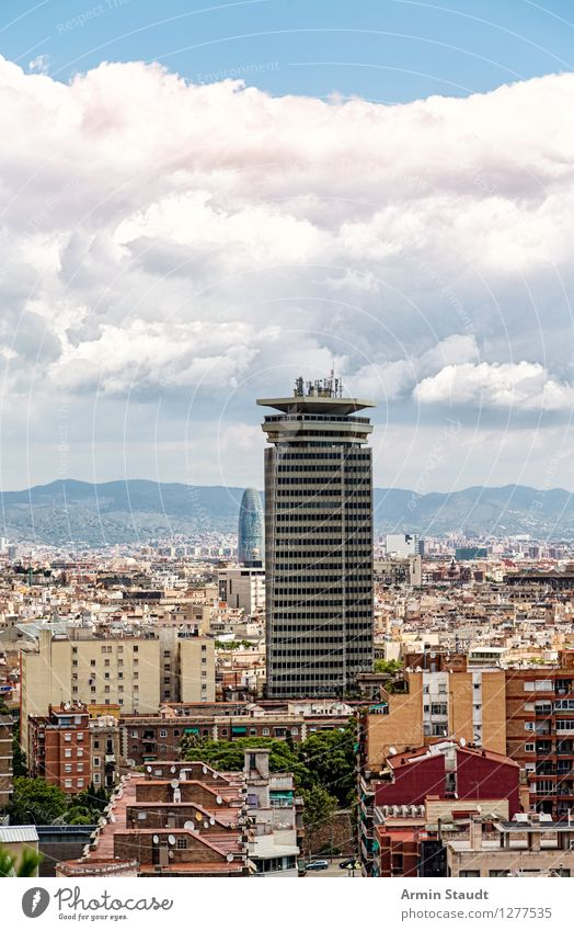 Barcelona Hochhaus Himmel Ferien & Urlaub & Reisen Stadt Sommer Wolken Haus Ferne Berge u. Gebirge Stimmung Tourismus Häusliches Leben modern authentisch groß