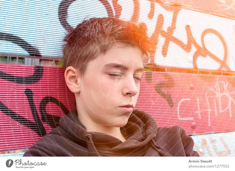 Porträt Mensch Jugendliche schön Sommer Erholung Junger Mann ruhig Graffiti Gefühle Stil Lifestyle Kopf Design maskulin 13-18 Jahre sitzen