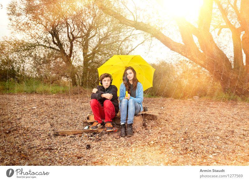 Schirmgemeinschaft Mensch Ferien & Urlaub & Reisen Jugendliche Sommer Junge Frau Junger Mann Freude Umwelt Herbst Lifestyle Stimmung Paar Zusammensein Regen