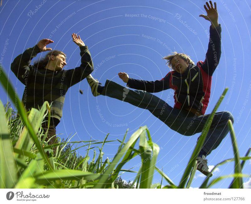 Kick off Himmel Natur Jugendliche blau grün schön Sommer Blume Freude Wolken Erholung Wiese Berge u. Gebirge Leben Wärme Spielen