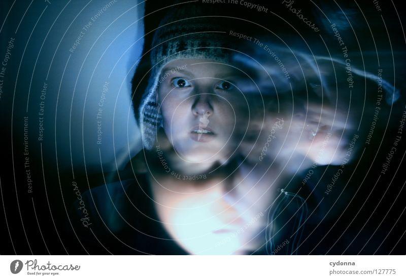 Geisterstunde Ereignisse entdecken Licht Frau Mädchen stehen Gedanke Langzeitbelichtung Nacht Zeit gruselig Gefühle wahrnehmen außergewöhnlich paranormal