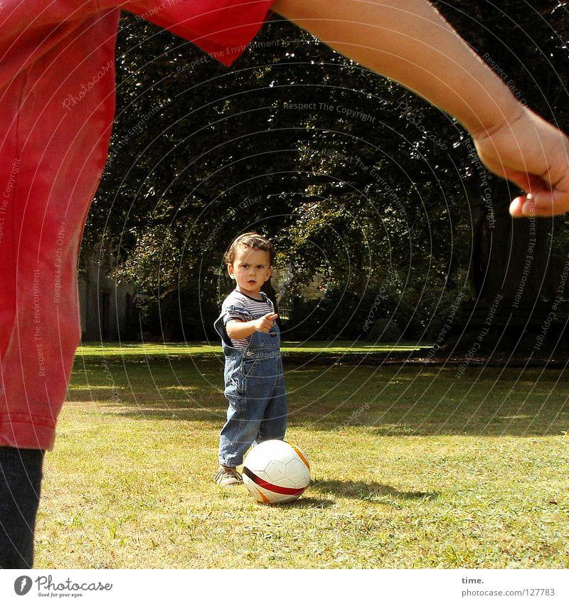 Pampers-Liga / Richtungstraining Kind Baum Sonne Freude Wiese Spielen sprechen Junge Arme Fußball T-Shirt Kommunizieren Ball Spielzeug Richtung zeigen