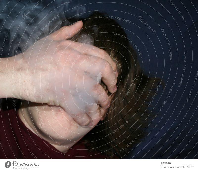 Mir raucht der Schädel! Mann Hand Finger Bett Bettlaken gefährlich Abhängigkeit Zigarette Wasserpfeife Erholung rot blau braun weiß grau dunkel Denken