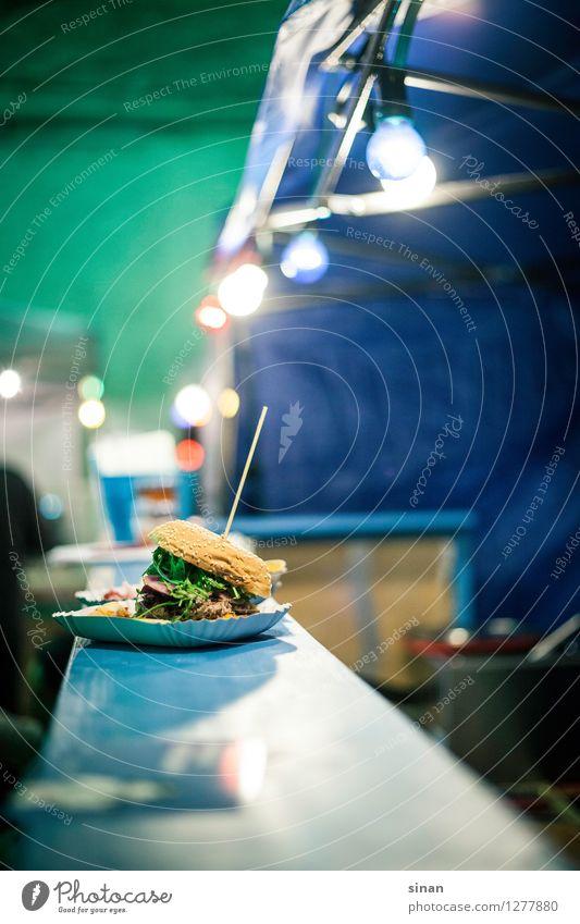 nimm mich! blau Lebensmittel Ernährung genießen lecker Fleisch Backwaren Abendessen Glühbirne Teigwaren Mittagessen Salat Brötchen Theke Hamburger Fingerfood