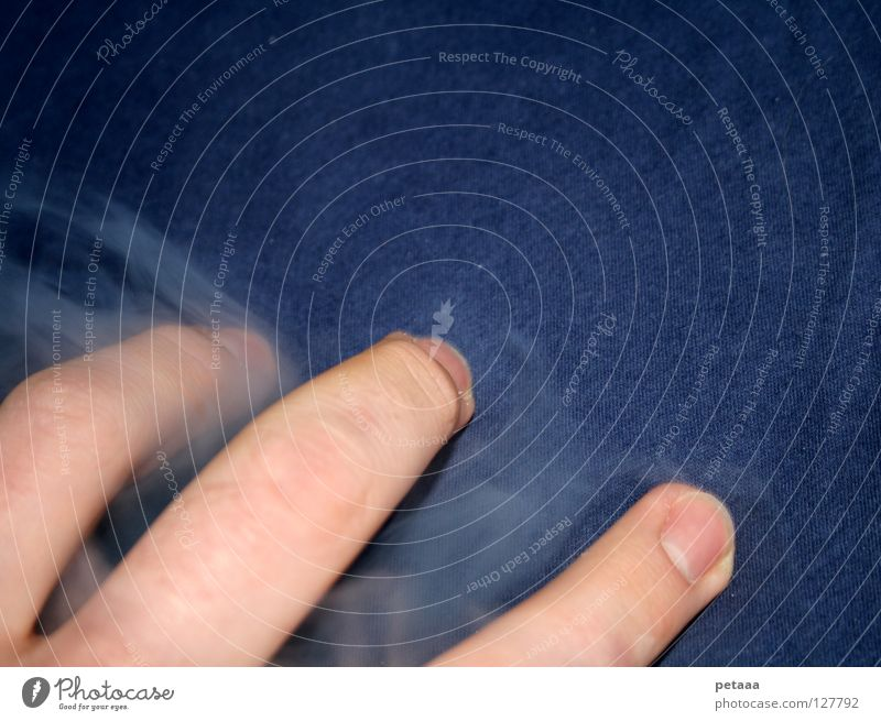 Drei Finger und ein bisschen Qualm Mann blau Hand weiß Erholung dunkel grau braun Haut liegen gefährlich Elektrizität Suche bedrohlich Bett
