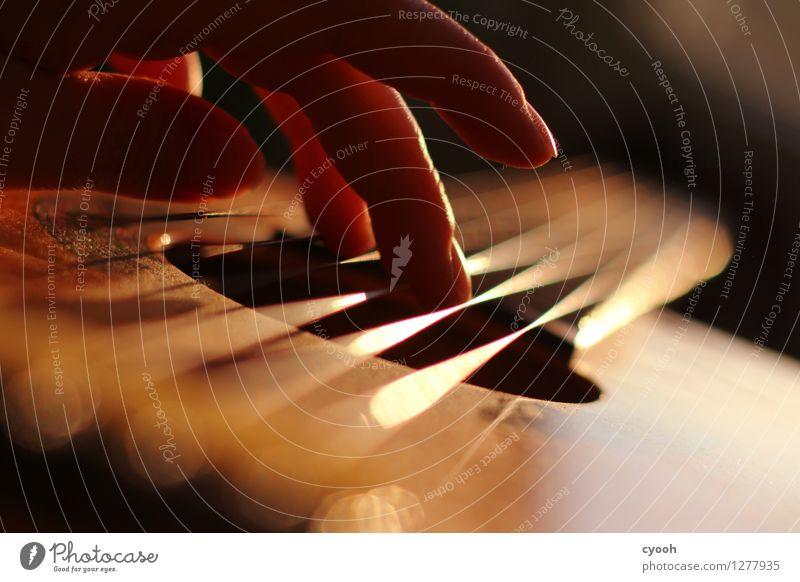 Die Schönheit des Augenblicks. Finger hören ästhetisch Glück schön Vorsicht ruhig Zufriedenheit Einsamkeit Gefühle genießen Inspiration Kreativität Kunst
