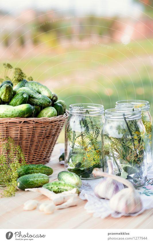 Vorbereiten der Bestandteile für in Essig einlegende Gurken Lebensmittel Gemüse Kräuter & Gewürze Vegetarische Ernährung Garten frisch natürlich grün Korb