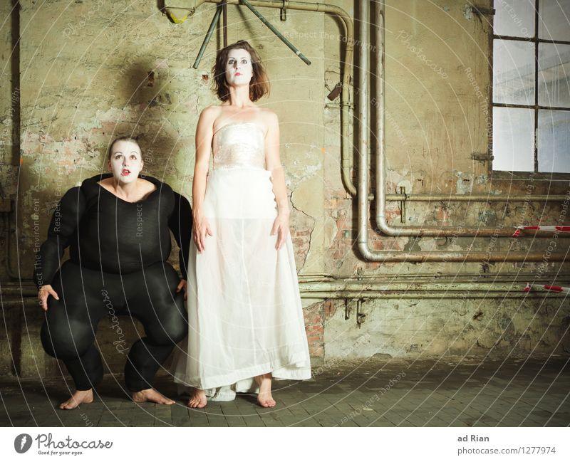 Das Wolkenheim [2] Mensch Frau Erwachsene Wand Gefühle Bewegung feminin Mauer Kunst Paar Zusammensein Fassade Körper Bekleidung Kommunizieren beobachten
