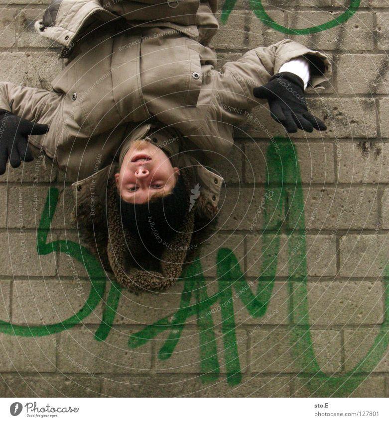 i spam you voll pt. 4 Kerl Mann Wand Mauer Glätte Spray Farbdose grün Aufschrift Wort E-Mail ungebeten nervig unabsichtlich hängen Mütze Handschuhe schwarz