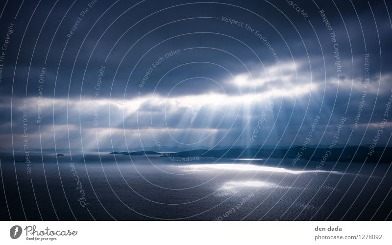 Godrays Natur blau Wasser Meer Wolken dunkel kalt Küste Tod Regen Angst Wellen ästhetisch Insel fantastisch bedrohlich