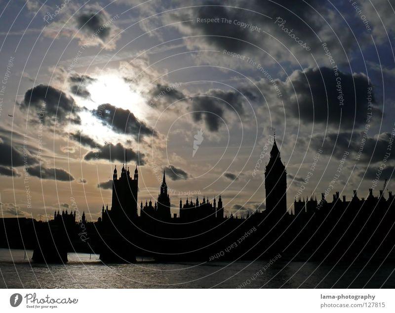 Remember, Remember... Big Ben Houses of Parliament London England Themse Großbritannien Kunst Sightseeing Konstruktion Wolken Kondensstreifen Sonne Stadt