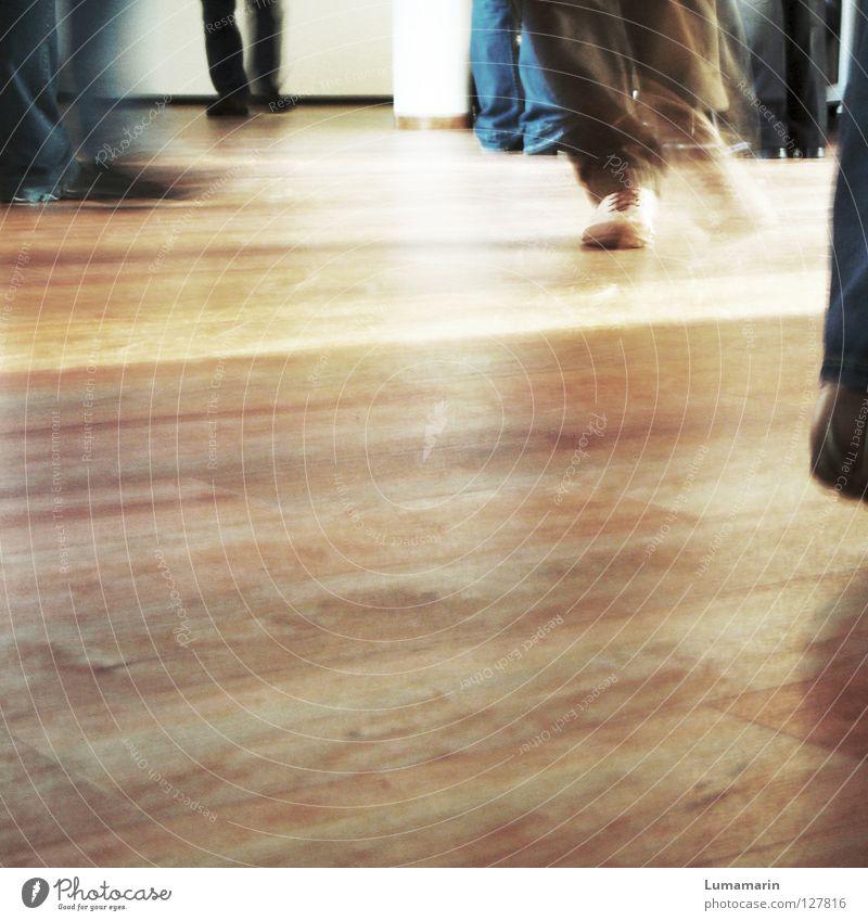 Traffic verteilen Bodenbelag Holz Parkett Schuhe vorwärts gehen Überqueren verfolgen schreiten Schwung Stress Nervosität wackeln zappeln ehrgeizig Richtung