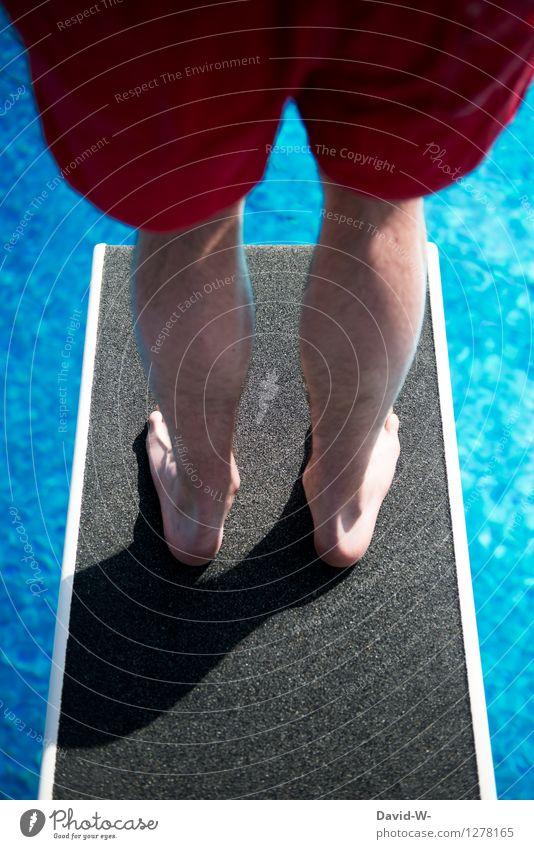Freibad Sport Wassersport Mensch maskulin Junger Mann Jugendliche Erwachsene Kindheit Leben 1 Sprungbrett Angst Respekt Feigheit Mut hoch oben Schwimmbad blau