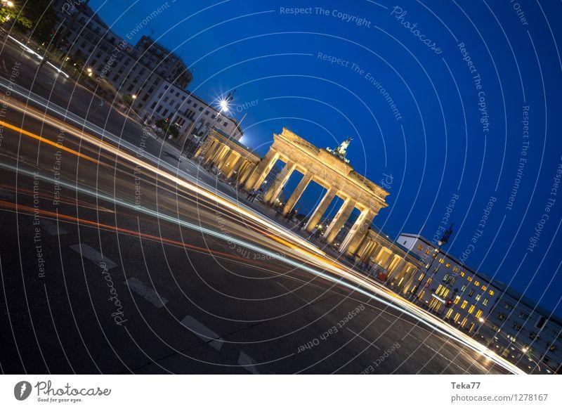 Brandenburger Tor I Ferien & Urlaub & Reisen Sightseeing Nachtleben Mensch Berlin Stadt Hauptstadt Fassade Sehenswürdigkeit Wahrzeichen Denkmal Abenteuer
