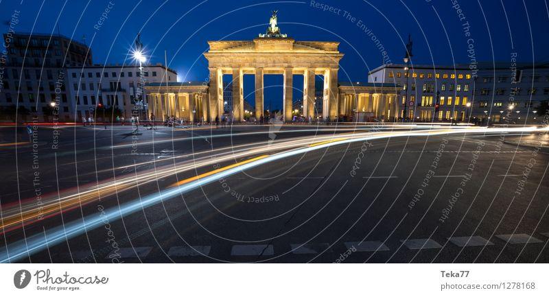 Berlin Abends III Ferien & Urlaub & Reisen Sightseeing Nachtleben Mensch Brandenburger Tor Deutschland Fassade Abenteuer ästhetisch Zufriedenheit Außenaufnahme