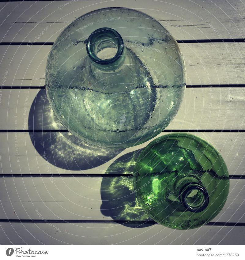 flaschenpärchen Glas ästhetisch Flasche antik Streifen deutlich durchsichtig Behälter u. Gefäße Schatten 2 Farbfoto Außenaufnahme Nahaufnahme Lomografie