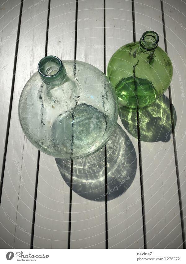 grüne Faschen Glas trendy Flasche Schatten deutlich Streifen Reflexion & Spiegelung antik leer Farbfoto Außenaufnahme Menschenleer Textfreiraum oben