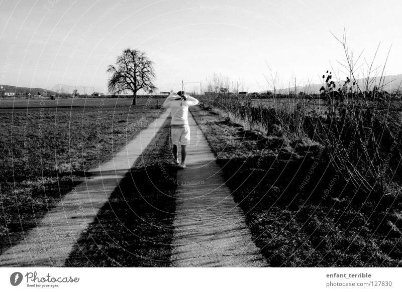 walk. schwarz weiß Einsamkeit Schwarzweißfoto laufen Natur ich Graffiti
