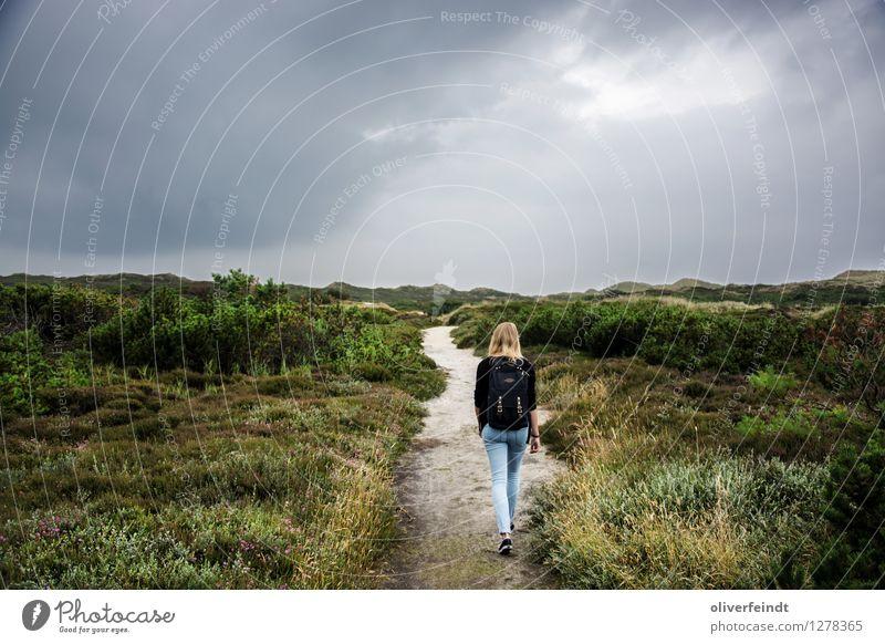 Sylt IV Mensch Himmel Natur Ferien & Urlaub & Reisen Jugendliche Junge Frau Landschaft Wolken Strand Ferne 18-30 Jahre Erwachsene Umwelt Küste feminin Freiheit