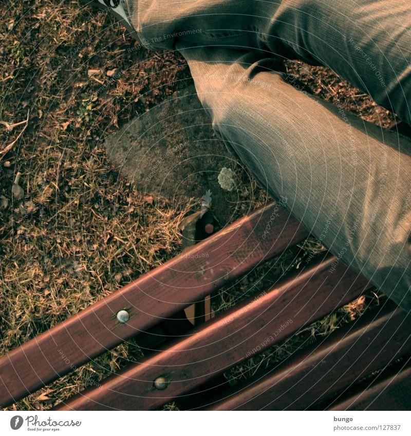 adhuc mora... Mensch Mann Winter ruhig Erholung Herbst Garten Holz Park Schuhe Beine warten Zeit Erde sitzen Hoffnung