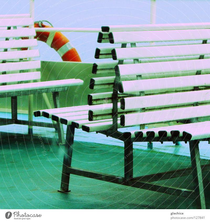 Regen auf Deck Meersburg See Wasserfahrzeug Fähre Rettungsring Sitzgelegenheit grün kalt Eis nass rot schlechtes Wetter grau trüb fahren Einsamkeit