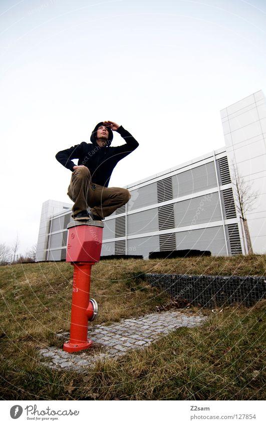 überblick behalten Mensch rot schwarz Wiese Architektur Gras Stein sitzen hoch fallen Aussicht Kopfsteinpflaster Kapuze Gummi überblicken Anpassung