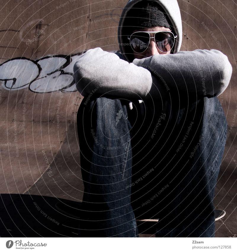 planlos Mensch Mann Jugendliche Erholung Stil Holz Graffiti Beleuchtung Arme maskulin Beton sitzen modern Coolness Jeanshose trist