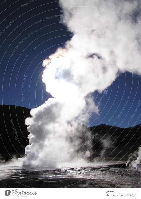 morgens viel Dampf Geysir Wasserfontäne Sonnenlicht Chile Salar de Atacama Hochebene Südamerika Kraft Wasserdampf Fumarole Blauer Himmel El Tatio Wüste