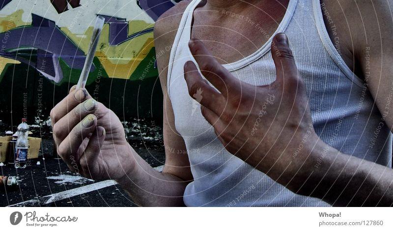 Ghettofrühstück Mann Hand Freude Rauchen Verfall Typ Rauschmittel drehen bauen Joint Kerl erstaunt gestikulieren wickeln breit