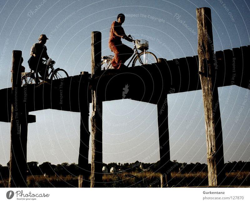 Biking Burmesian Bridges Myanmar Mandalay Fahrrad Korb Birmane Holz Teak Asien Tour de France Radrennen Lee Brücke Mensch bridge Pfosten militärjunta teakbrücke